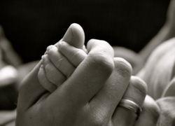 Normal_normal_kindermisbruik__kinderporno__kind__baby__handen__moeder__ouders__geboorte